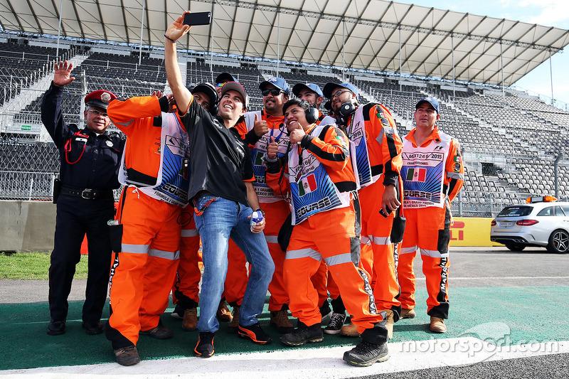 Sergio Perez Sahara Force India F1 bersama marshals di GP