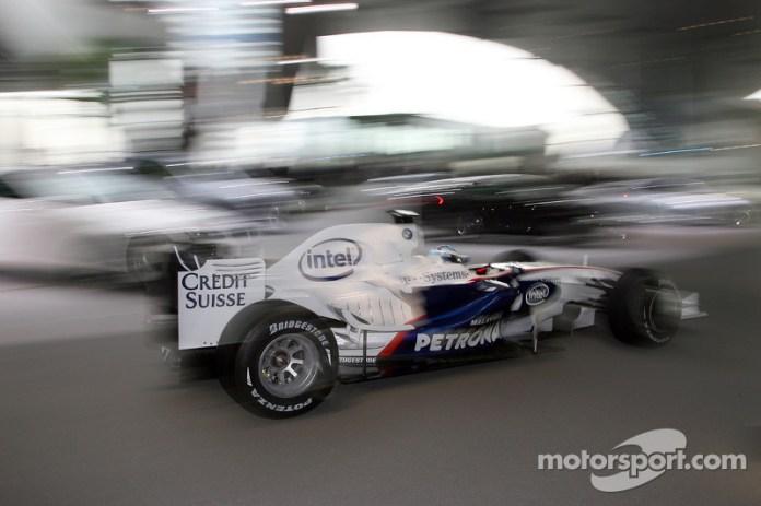 9: Pilotando el BMW por la fábrica 2008
