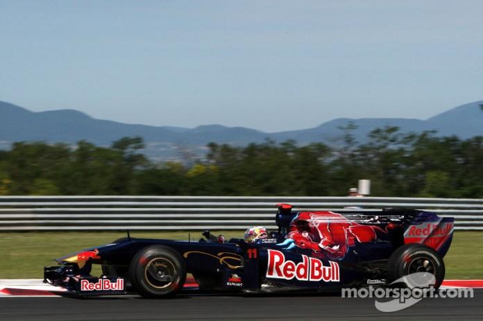 Sin embargo, Bourdais no rindió como se esperaba. A mediados de 2009, el francés dejó el equipo para dejar paso a Jaime Alguersuari.