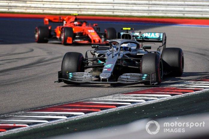 Valtteri Bottas se defendió de los ataques de Charles Leclerc y ayudó al triunfo de Lewis Hamilton en Rusia.
