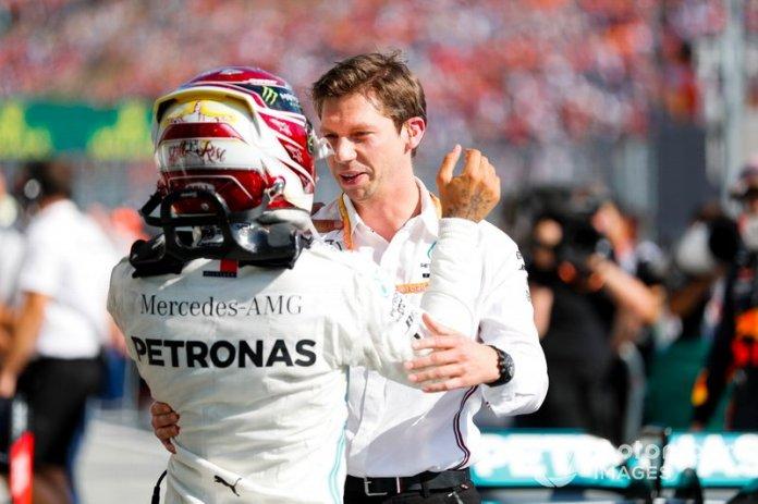 Ganador de la carrera Lewis Hamilton, Mercedes AMG F1 celebra en Parc Ferme con James Vowles, Director de Estrategia de Motorsport, Mercedes AMG F!