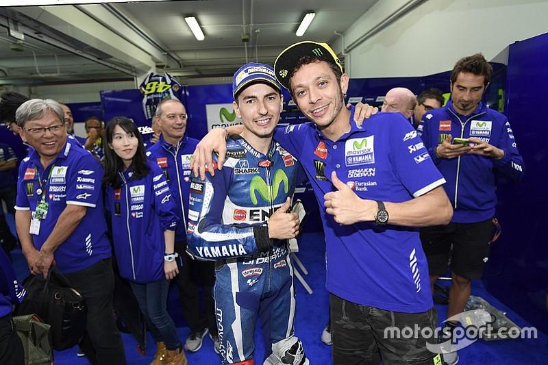 Lorenzo e Rossi si abbracciano dopo l'ultimo GP da compagni di box