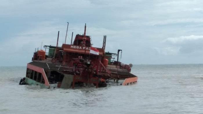 Kapal Isap Produksi (KIP) Mega Fajar mitra PT Timah Tbk tenggelam di pinggir Pantai Matras Kecamatan Sungailiat Kabupaten Bangka, Sabtu (2/02/2021) pagi
