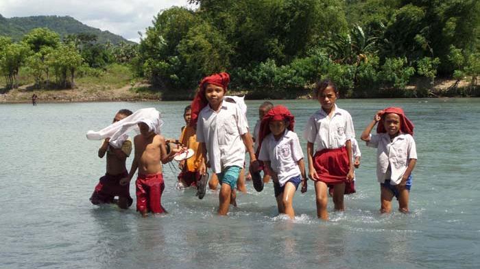 Anak-anak Ini Pertaruhkan Nyawa Demi Sekolah