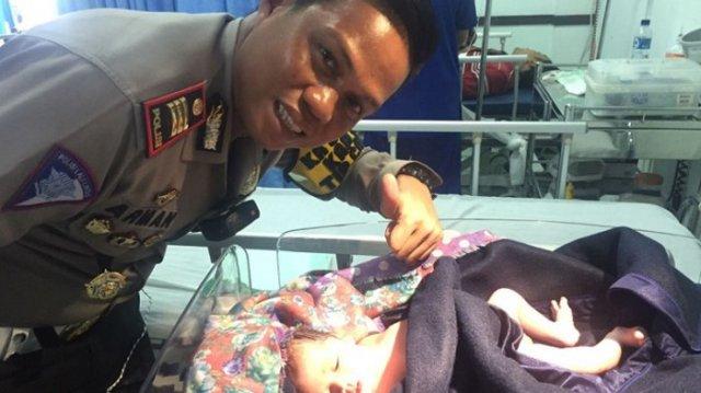 Seorang perwira polisi bersama bayi yang dilahirkan di tol Cipali