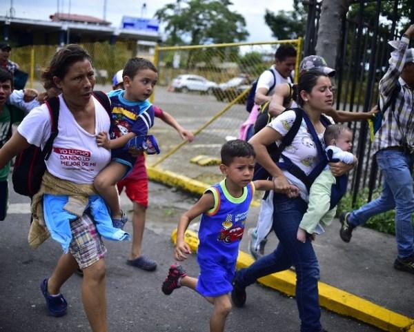 """El secretario de Gobernación de México, Alfonso Navarrete, sostuvo que los grupos de migrantes usan a mujeres y niños como """"carne de cañón""""."""