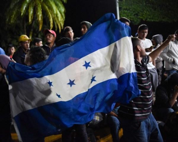 Los hondureños de la caravana, que podrían superar los 3,000, huyen de la violencia.
