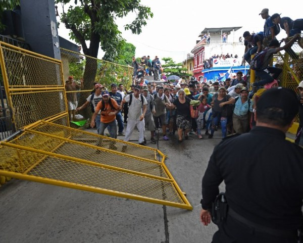 Por la fuerza, los migrantes centroamericanos lograron derribar la reja que les impedía el paso hacia el puente fronterizo que divide a México y Guatemala.