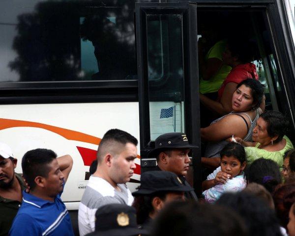 En Río Bravo, Guatemala, los migrantes hondureños abordaron un autobús policial que los apoyó en su traslado.
