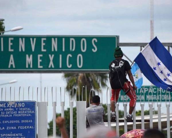 Luego de avanzar sobre el puente fronterizo, los centroamericanos llegaron en la tarde de este viernes hasta la reja, puerta de entrada a territorio mexicano.