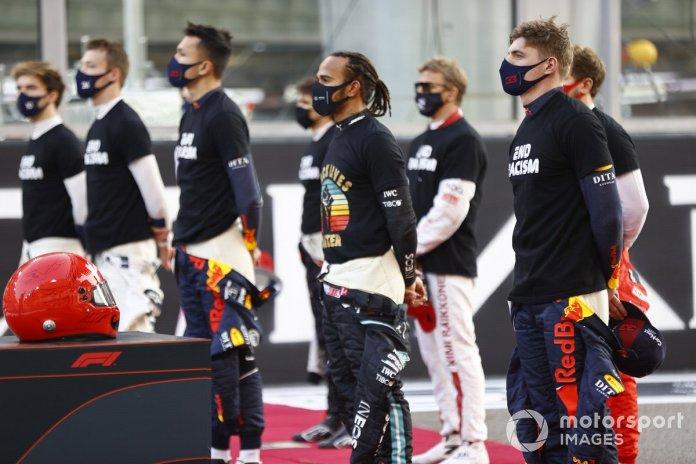 Lewis Hamilton, Mercedes-AMG F1 dhe drejtuesit e tjerë qëndrojnë në rrjet përpara fillimit