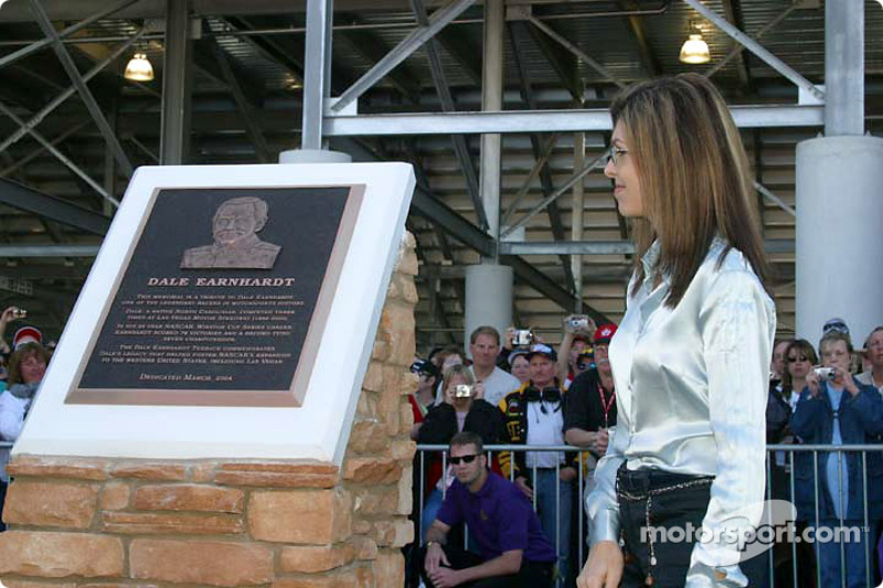 Presentation of the Dale Earnhardt memorial Teresa