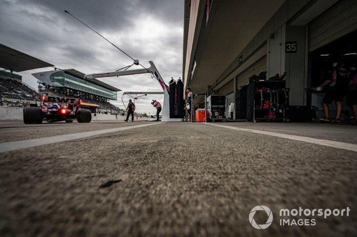 Sergio Perez, Racing Point RP19, sale del garaje.