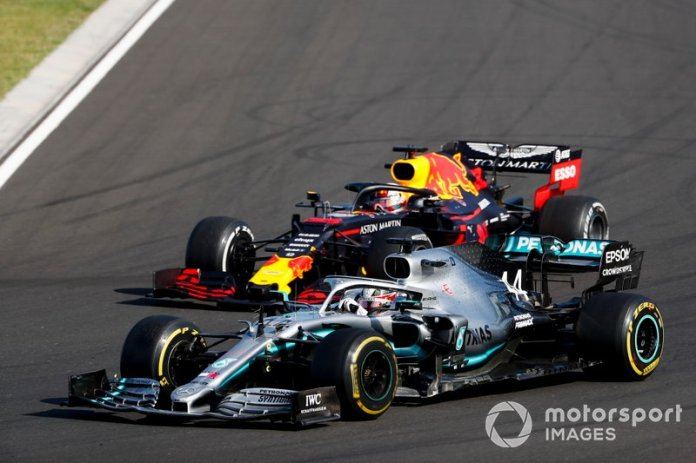 Lewis Hamilton, Mercedes AMG F1 W10 adelanta a Max Verstappen, Red Bull Racing RB15 para el liderato