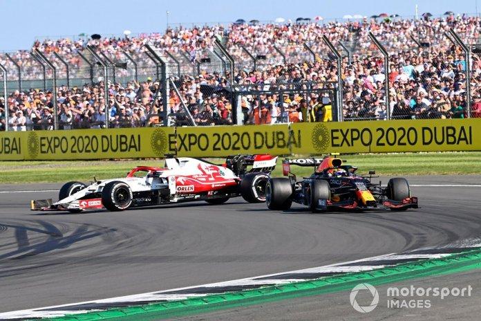 Kimi Raikkonen, Alfa Romeo Racing C41, rrotullohet pas kontaktit me Sergio Perez, Red Bull Racing RB16B