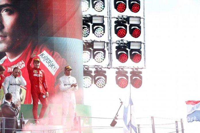 Charles Leclerc festeja su segunda victoria en la F1, la primera en Monza.