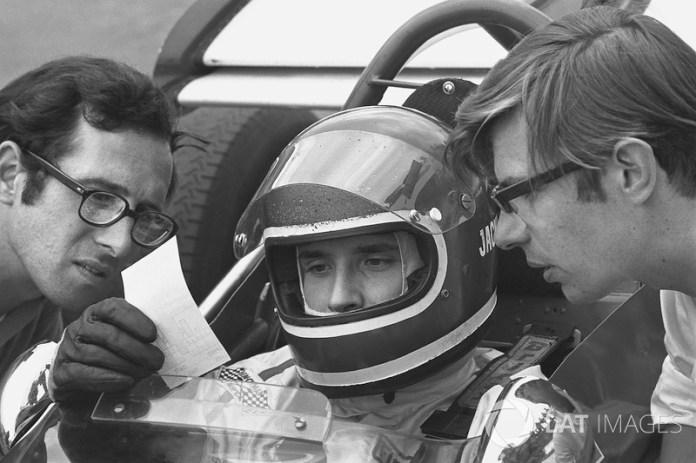 Mauro Forghieri, director técnico de Ferrari, discutiendo con Jack Ickx, del 312B