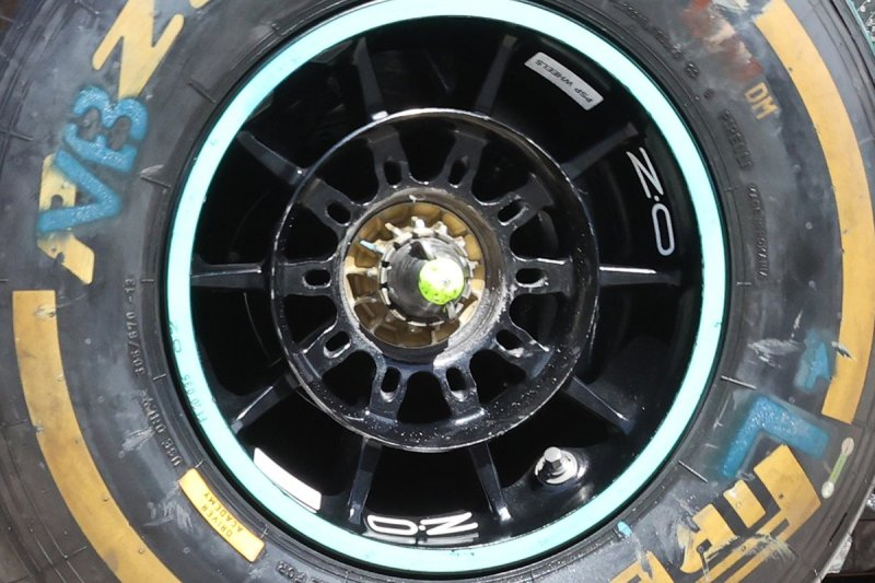 Wheelnut design on Valtteri Bottas' Mercedes F1 W12