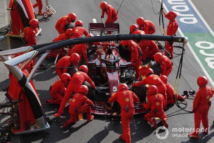 Sebastian Vettel, Ferrari SF1000, effettua un pit stop