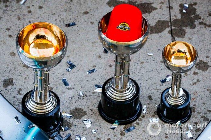 La gorra de Niki Lauda, presente en los festejos de Mercedes en Japón.