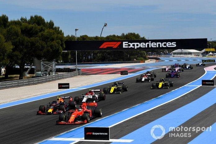 Sebastian Vettel, Ferrari SF90, kryeson Pierre Gasly, Red Bull Racing RB15, Antonio Giovinazzi, Alfa Romeo Racing C38, Daniel Ricciardo, Renault F1 Team RS19, Nico Hulkenberg, Renault F1 Team RS 19 dhe pjesën e mbetur të fushës në xhiron e hapjes