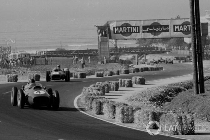 Phil Hill por delante de Mike Hawthorn con sus Ferrari, a punto de dejarle pasar para que el británico ganara su título Mundial.