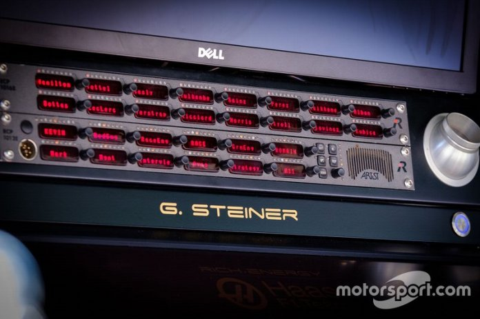 Así es un panel de comunicaciones en un muro de pits de F1. En este caso el de Gunther Steiner, jefe de Haas.