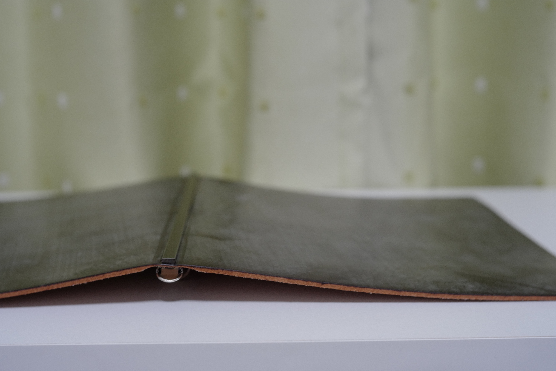 PLOTTERブライドルレザーのバインダー本体の外側表面