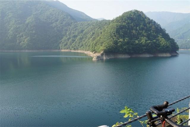 満々と水をたたえた奥多摩湖 出典:東京デスライド