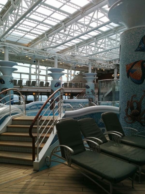 ダイヤモンドプリンセスの屋内プールに設置されたジャグジーの階段