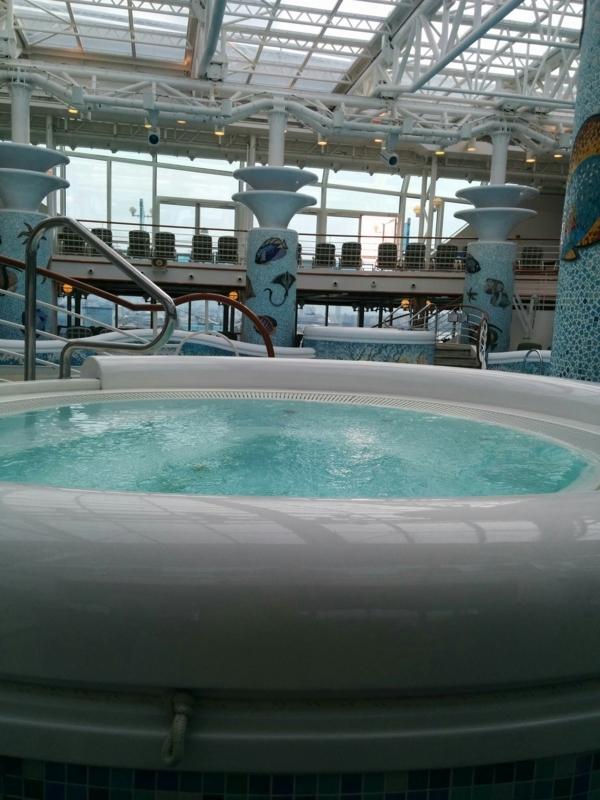 ダイヤモンドプリンセスの屋内プールに設置されたジャグジー
