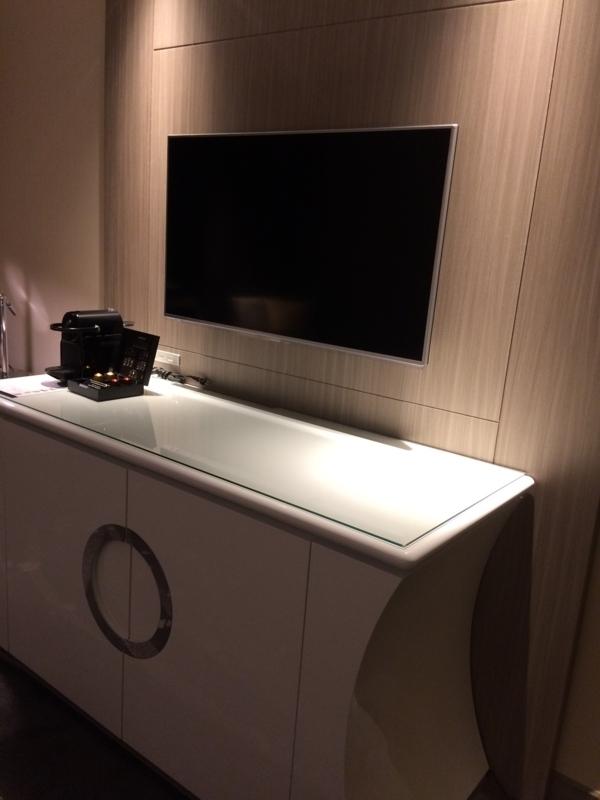東京マリオットホテルのデラックスツインルームのテレビ