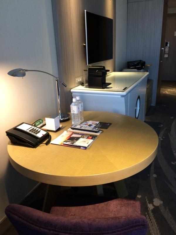 東京マリオットホテルのデラックスツインルームのサイドテーブル