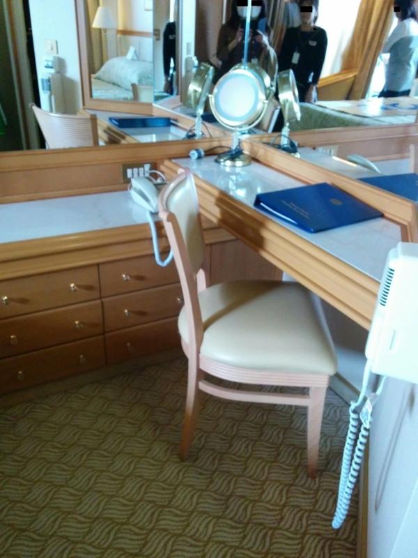 ダイヤモンドプリンセスのスイートルームの寝室のデスク