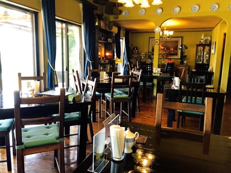森の魔女カフェの店内はアンティークな家具が並ぶ