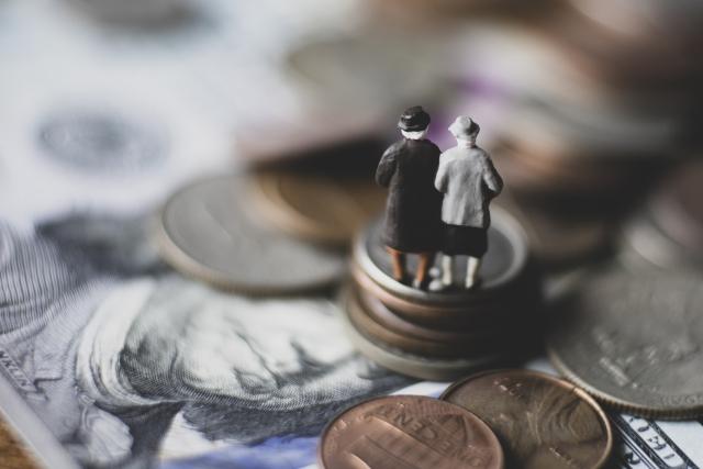 お金の上にたつ老夫婦