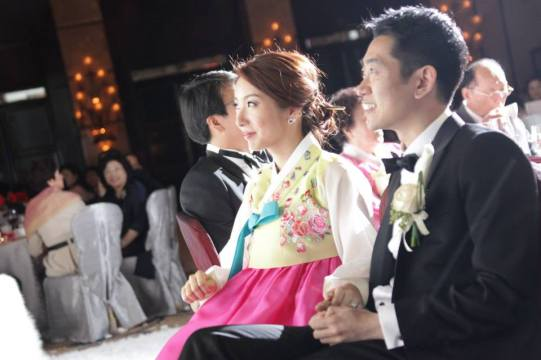 Bride Bomin listening to the speech at the wedding banquet