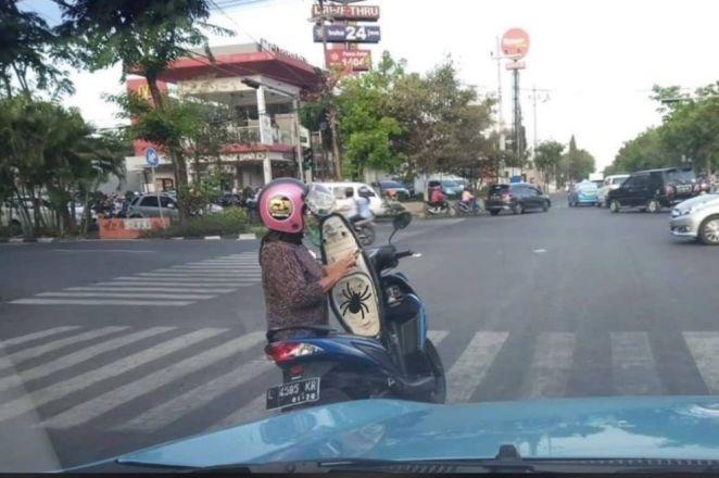 kelakuan warga pas naik motor b