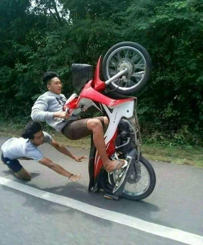 pose jatuh dari motor © Berbagai Sumber