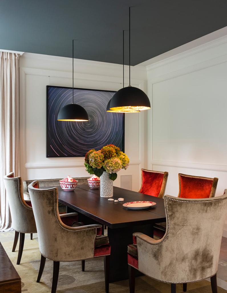 un plafond bleu fonce pour une salle a manger elegante un plafond en couleur pour reveiller une piece elle decoration
