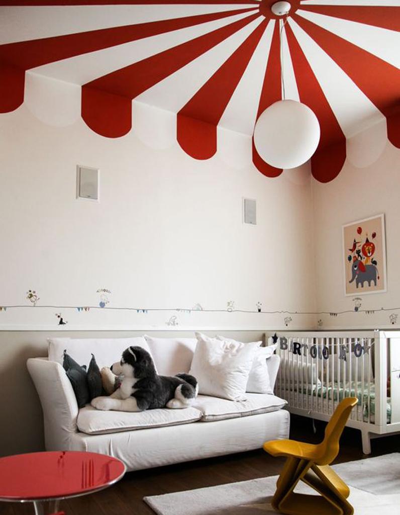 un plafond rouge et blanc pour un