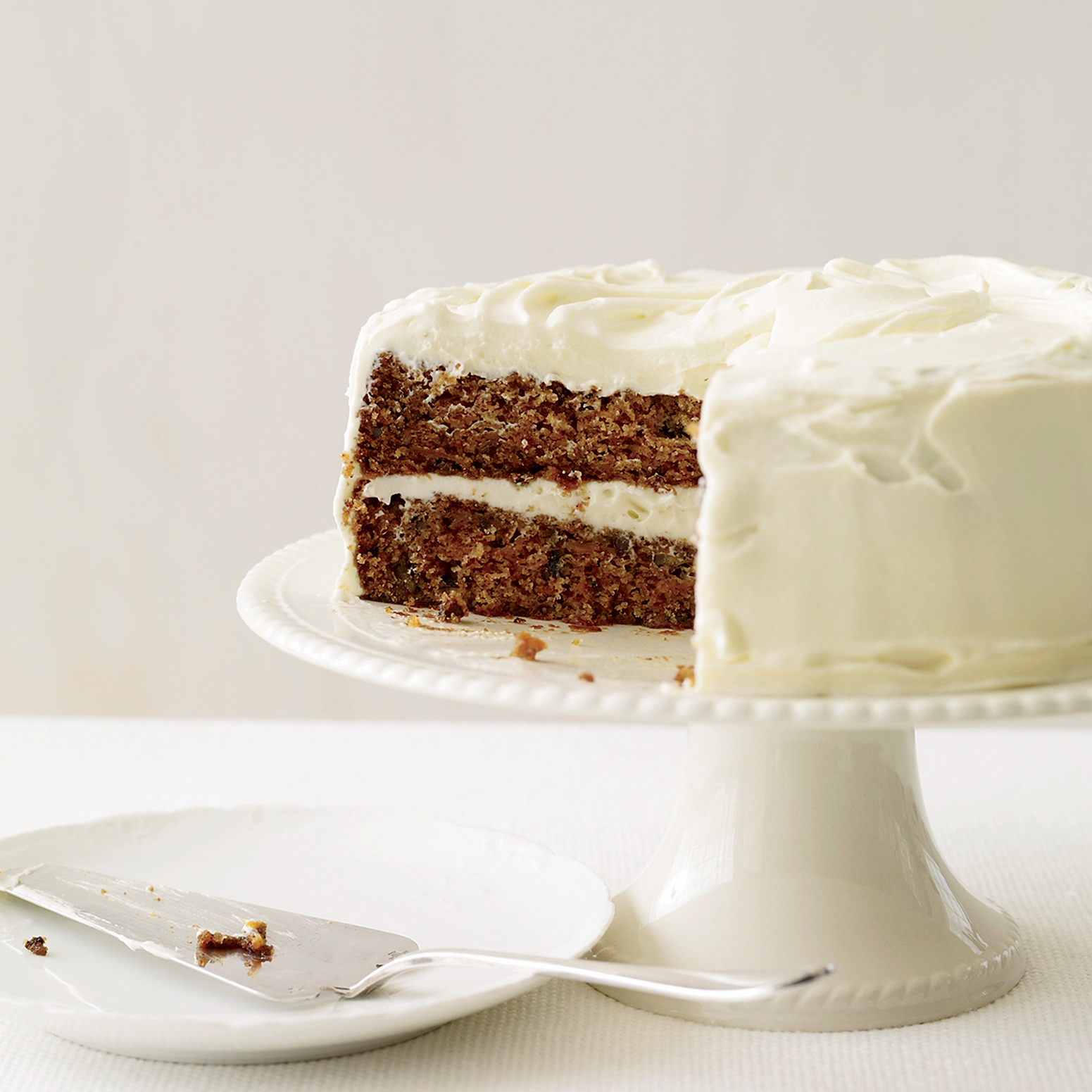 https://i0.wp.com/cdn-image.foodandwine.com/sites/default/files/200901-r-xl-classic-carrot-cake-with-fluffy-cream-cheese-frosting.jpg