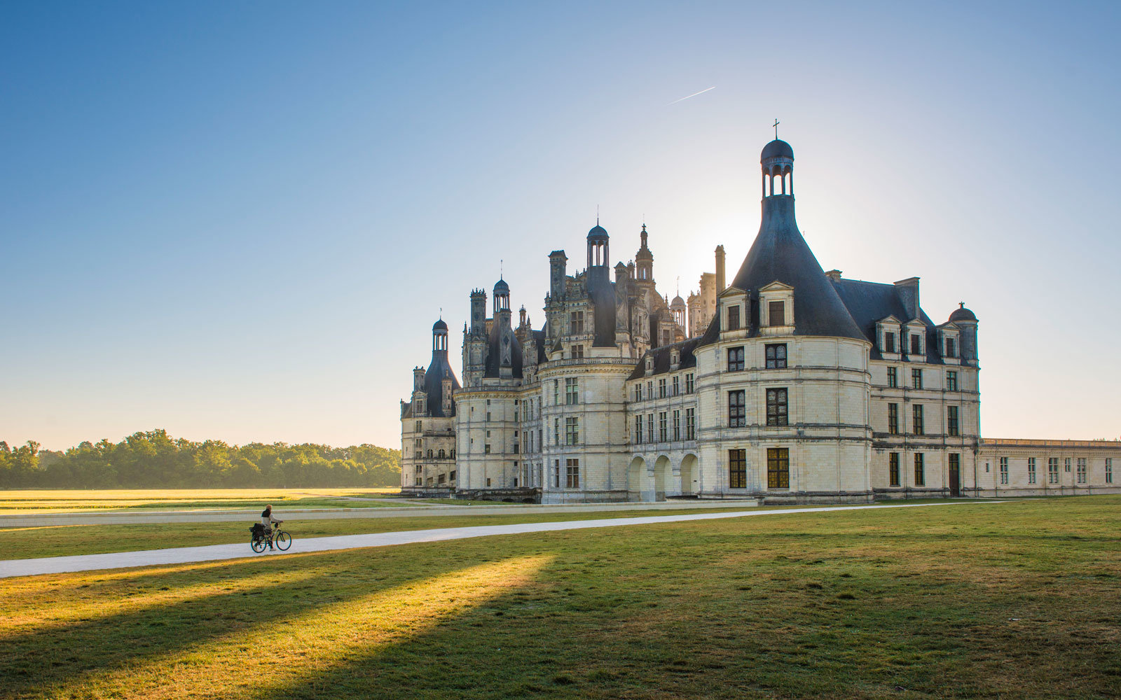 https://i0.wp.com/cdn-image.travelandleisure.com/sites/default/files/styles/1600x1000/public/1482865049/exterior-chateau-CHAMBORD1216.jpg