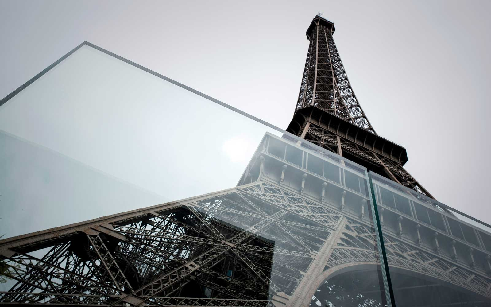 Here S What The Bulletproof Glass Wall Around The Eiffel