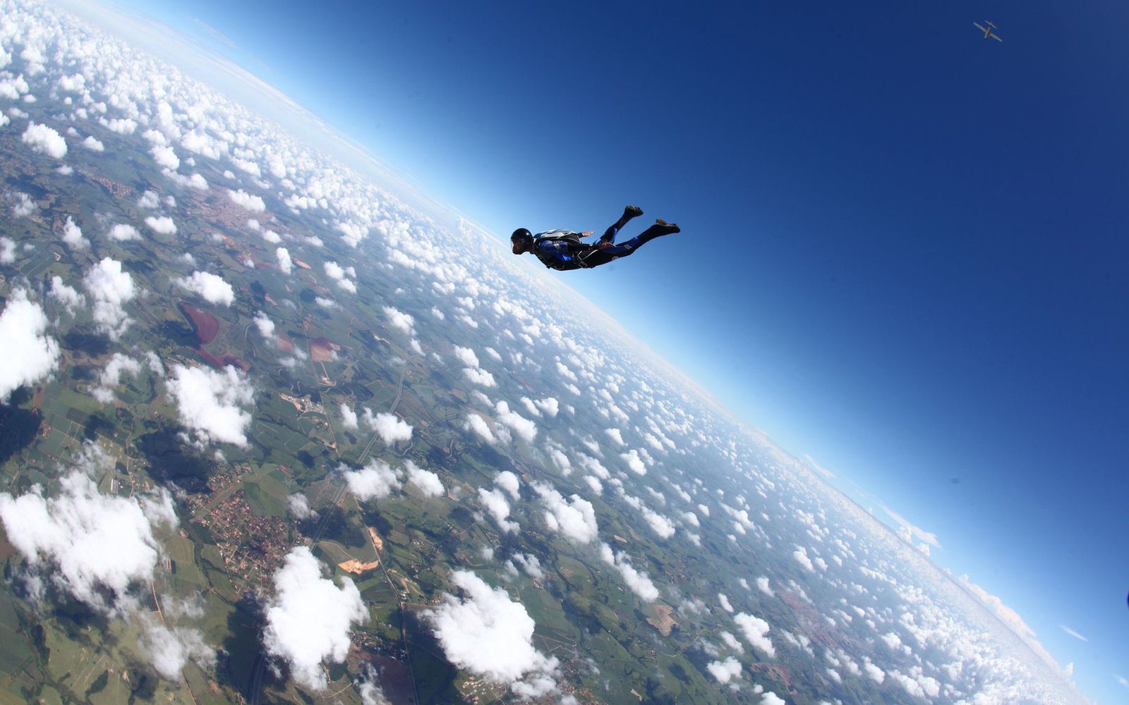 Free Fall Wallpaper For Iphone Skydiver Jumps Out Of Plane At 25 000 With No Parachute