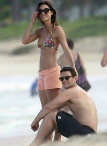 E na praia com a possível (e misteriosa) nova namorada!