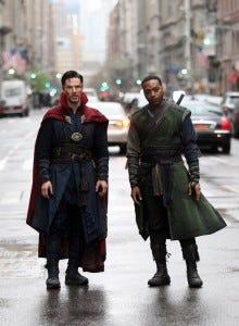 Chiwetel Ejiofor e Benedict Cumberbatch em Doutor Estranho (2016)
