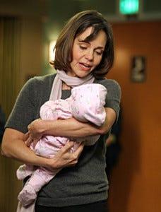 Sally Field como  Maggie Wyczenski, a mãe bipolar de Abby.