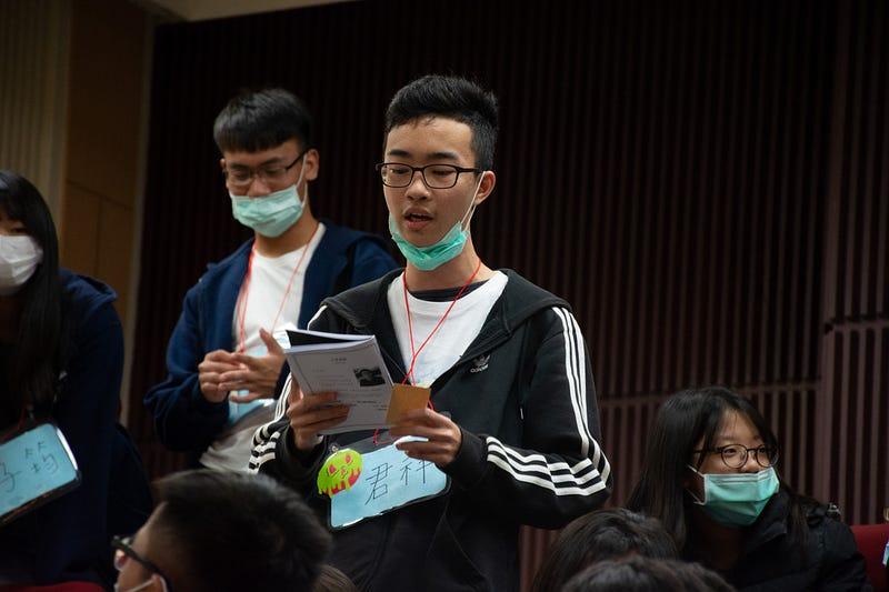 圖片為張君祥在營隊提問的照片