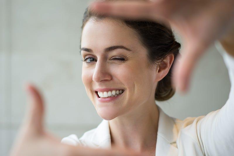 foto de mulher sorrindo sobre imagem pessoal